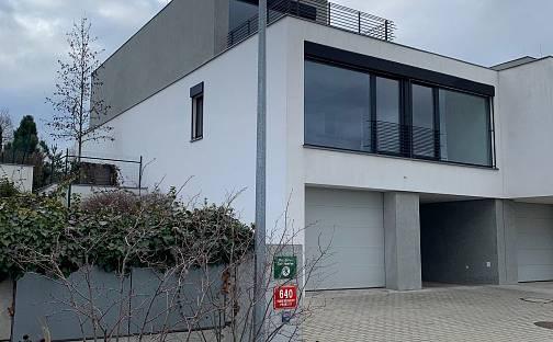 Pronájem vily 330 m² s pozemkem 470 m², U Golfu, Praha 10 - Horní Měcholupy